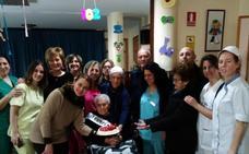 La hueseña centenaria Antonia sopla 102 velas