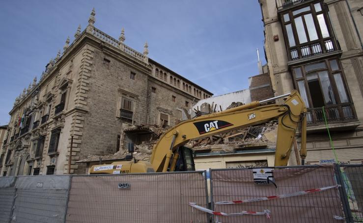 Derriban uno de los edificios emblemáticos de Plaza Nueva
