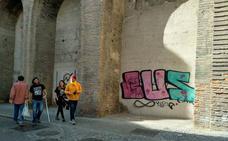 La Puerta de Elvira vuelve a ser víctima del spray con una nueva pintada: 'BUS'