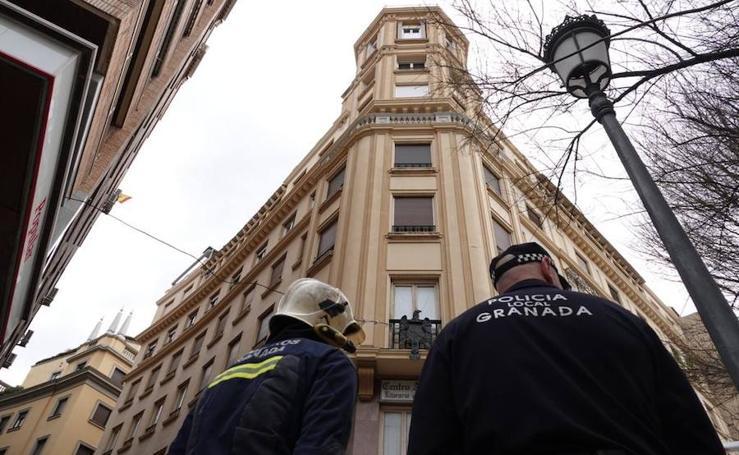 Los Bomberos de Granada intervienen por la caída de una baranda en Puerta Real