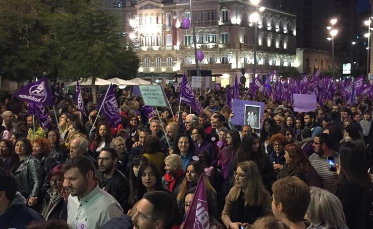 La calles de Almería bullen de gente durante el 8M