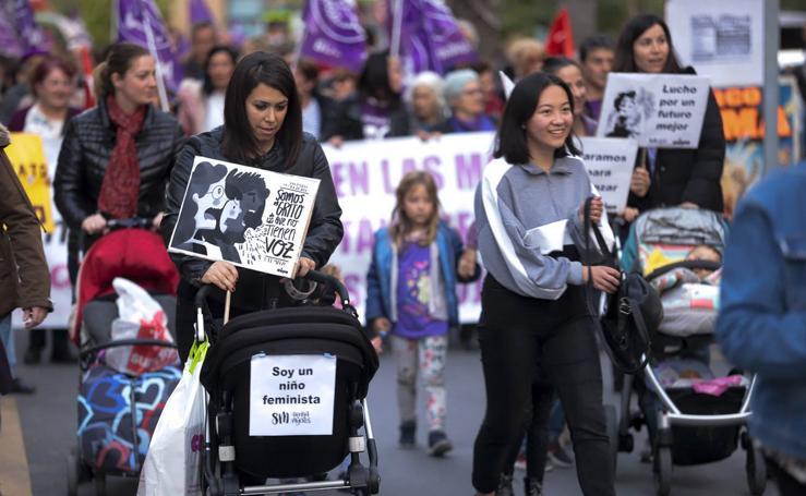 El 8M en Motril llena las calles de espíritu feminista