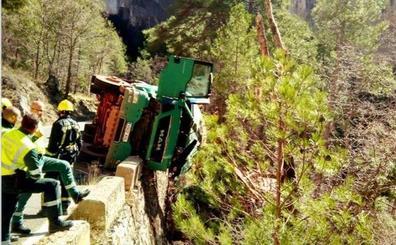 Rescatado en Cuenca un camionero al borde de un precipicio de 45 metros