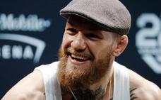 McGregor aplasta el móvil de un fan