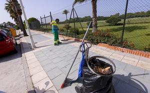 Motril limpiará los barrios de la playa todo el año y la arena dos veces al día