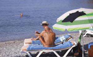 Los nudistas de Cantarriján quieren que 'la vida sin ropa' llegue al chiringuito