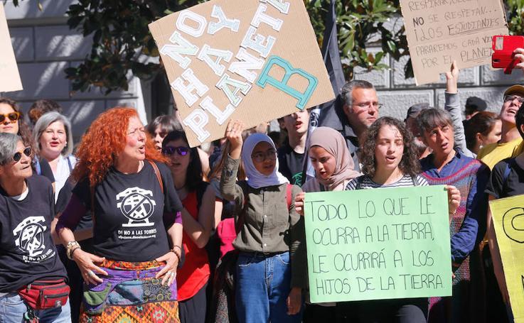Cerca de 200 personas se manifiestan en Granada en la primera huelga internacional por el clima