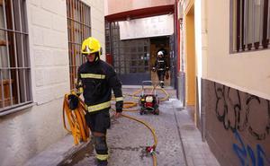 Los bomberos intervienen en un incendio en el centro de Granada