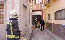 Los bomberos intervienen un incendio en el centro de Granada