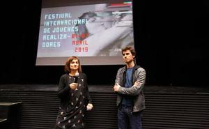 El productor de 'Mudar la piel' explica en Granada los imprevistos del rodaje por la amistad entre un mediador con ETA y su espía del CNI