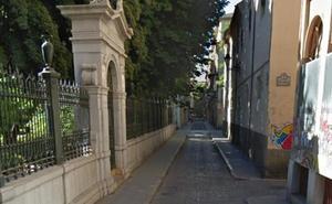 Un joven es agredido por tres personas de madrugada en la calle Duquesa de Granada