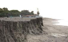 La Costa de Granada prepara playas para Semana Santa con limpieza de arena, señalización y la mitad de servicios abiertos