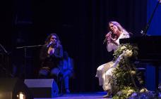 El teatro Isabel la Católica vibra con la voz carismática de María Toledo