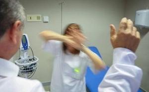Una joven «agresiva» agrede a una médico, un enfermero, un conductor y un policía en Linares