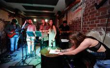 El primer karaoke con banda de Granada para ser cantante por un instante