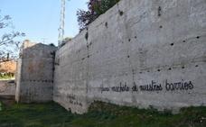 Las pintadas en el 8M afectaron a 16 puntos de la capital, entre ellos la muralla del Albaicín