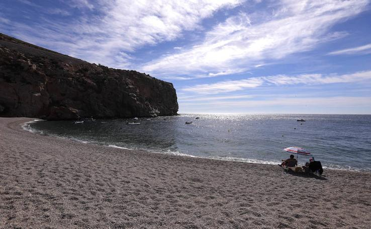 Las playas de la Costa Tropical se preparan para el primer desembarco por el buen tiempo