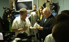 El consejero de Salud viene con el endoscopio bajo el brazo