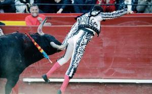 Enrique Ponce se destroza la rodilla tras ser cogido en Valencia