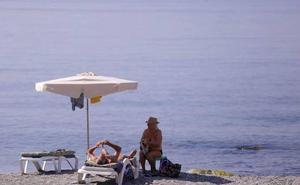 Los chiringuiteros apoyan el impulso de los nudistas para atraer turismo