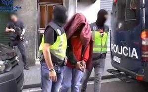 Arrestadas dos mujeres por fotografiarse «en tono de burla» en una iglesia y ponerse ropa del párroco