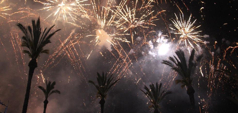 El castillo de fuegos pone color a las fiestas de La Herradura que se despiden hoy con Andy y Lucas