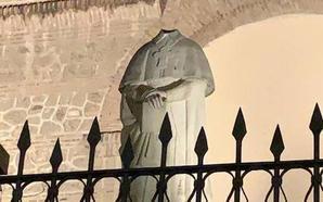 La estatua del Cardenal Belluga en Motril pierde la cabeza