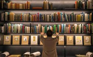 La UJA dona más de 900 libros a centros de formación permanente