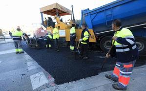 Congestión de tráfico en la zona del Genil por el asfaltado en las horas de entrada a los centros escolares
