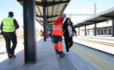 Un simulacro llena de personal de emergencia la estación sin tren