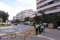 La construcción de una rotonda frente a los antiguos multicines de Motril corta la Avenida de Salobreña