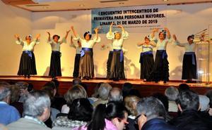 Los mayores reciben la primavera con baile y música en directo