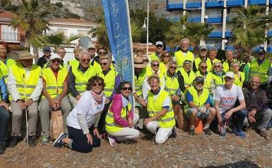 Quinientos voluntarios de 27 nacionalidades retiran 40.000 colillas de las playas de Almuñécar