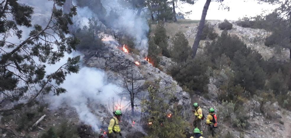 Medio centenar de bomberos se enfrenta a un fuego en un paraje de Iznatoraf