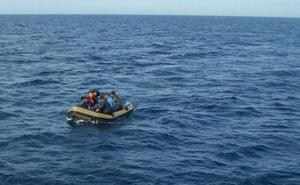 Tres detenidos por 'patronear' una patera interceptada a punto de llegar a Almería
