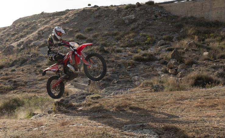 Irene Almendros, campeona de España de moto de enduro en su primera carrera nacional