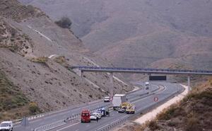 Dos fallecidos y tres heridos de origen magrebí tras chocar un coche y un camión en la A-7, entre Salobreña y Almuñécar