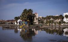 El temporal vuelve a convertir la playa de Poniente de Motril en una gran 'piscina'