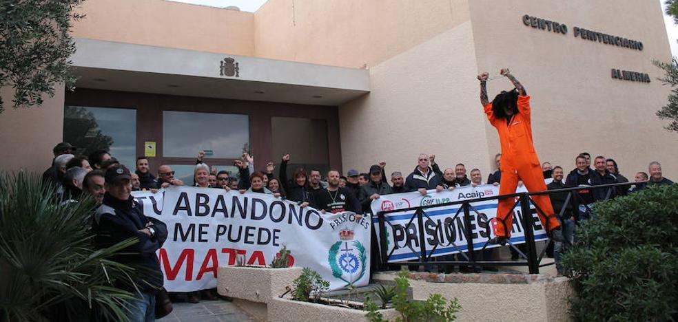 CSIF pide pistolas eléctricas para que los funcionarios de El Acebuche se defiendan de las agresiones