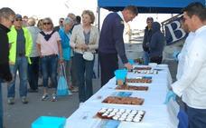 Motril recibe al primer crucero de la temporada con una degustación de dulces de Semana Santa