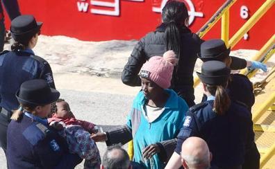Desembarcan en Malta a un grupo de migrantes que se amotinaron en el petrolero que los rescató