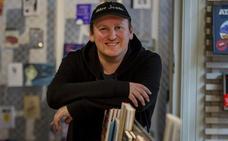 El escritor de 'bestsellers' que dedica horas a sus lectores: atiende incluso casos de autolesiones