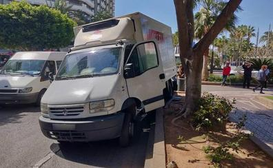 Un camión sin conductor se estrella contra una farola en la Rambla