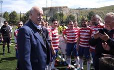 Vicente del Bosque disfruta del fútbol cajareño