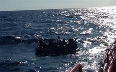 Fallece un inmigrante tras ser rescatado en el Estrecho cuando viajaba con 12 más en una patera