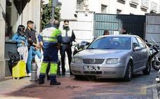 Dos coches colisionan contra la pilona móvil de calle Elvira en una mañana