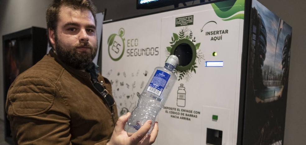 La primera máquina de descuentos por reciclaje se estrena con «hasta 50 euros» por lata en Granada