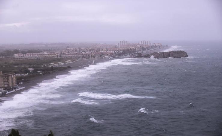 La Costa de Granada en alerta por un temporal con olas de hasta cuatro metros