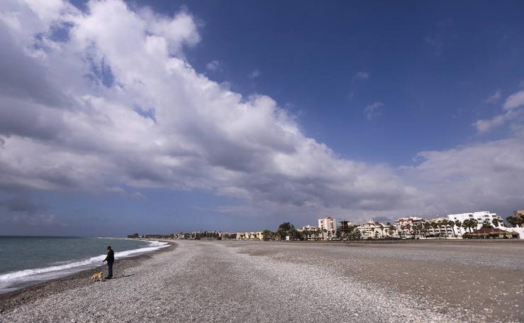 Así lucen las playas de la Costa de Granada a siete días para la Semana Santa