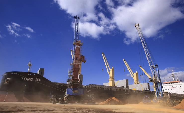 Así ha cargado el puerto de Motril 43.000 toneladas de mineral de celestina en un solo barco